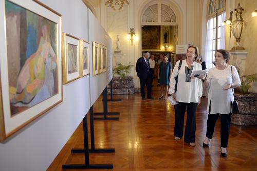 Ministra junto a la hija de la artista admirando la obra