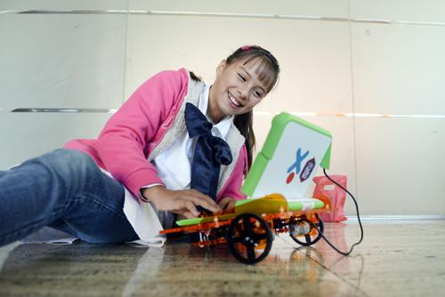 niña con robot