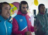 hombres cantando