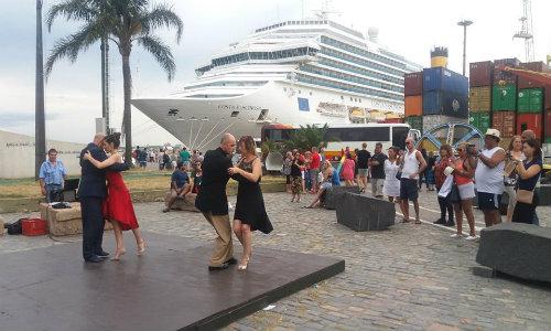 Bailarine de Tango bailando ante la presencia de cruceristas en el puerto