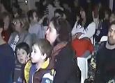 Niños y demás público presente prestando atención a la conferencia