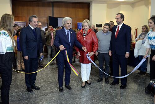 Ministros de Uruguay y Ecuador desatando cinta