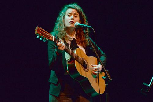 Florencia Núñez cantando