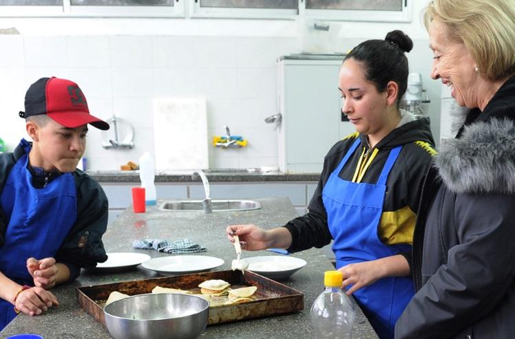 ministra con alumnos de gastronomía