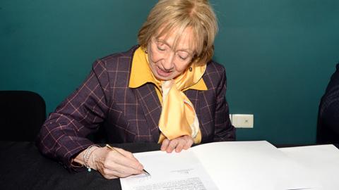 ministra firmando