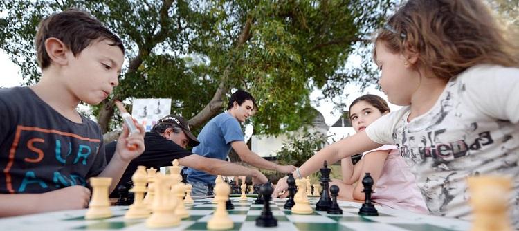 niño y niña jugando ajedrez