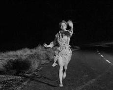Una mujer corre por la ruta